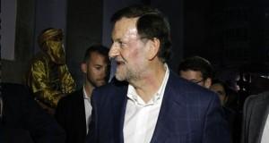 Rajoy, con la cara magullada tras el puñetazo que ha recibido. / MÓNICA PATXOT