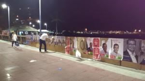 Aspecto que tienen los carteles electorales en la noche de este martes en San Sebastián. Una de las formaciones políticas afectadas repone su publicidad.