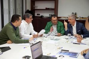 El presidente de la Federación Canaria de Municipios (FECAM), Manuel Ramón Plasencia (2d), junto al alcalde de La Orotava (Tenerife), Francisco Linares (d), durante la reunión del Comité Ejecutivo de la FECAM./Ramón de la Rocha (EFE) Archivo