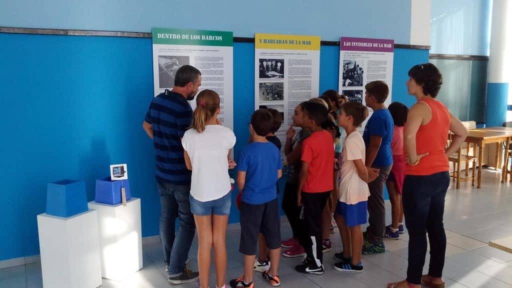 Un grupo de niños y niñas reciben explicaciones sobre el arte de la pesca en esa localidad sureña de La Gomera