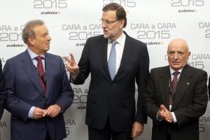 Mariano Rajoy (c) conversa con el presidente de la Academia de Televisión y moderador del debate, Manuel Campo Vidal (i), a su llegada al 'cara a cara'. ULY MARTÍN