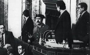 El teniente coronel Antonio Tejero, pistola en mano, en la tribuna del Congreso durante la intentona del 23 de febrero de 1981