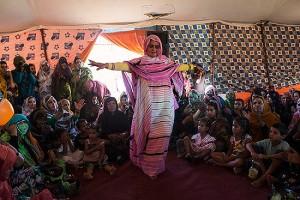Mujer saharaui baila durante matrimonio celebrado en el campamento. Campamento de refugiados Smara, cerca de Tindouf, Algeria.  2013