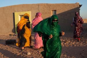 Mujeres saharauis con vestidos de fiesta para asistir a una boda. Campamento de refugiados Smara, cerca de Tindouf, Algeria. 2013