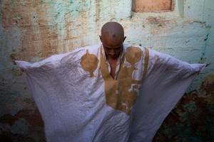 Brahim Sedik, activista independista saharaui arrestado y torturado por dos días por la policía marroquí en la ciudad de Layoune, bajo la ocupación marroquí.  En esta imagen nos muestra sus heridas en la cabeza pero él fue más brutalmente golpeado en sus nalgas y áreas genitales. Típicamente las autoridades marroquíes golpean a los activistas en sus partes privadas así la evidencia de las heridas no puede ser mostrada en público. Layoune, Sahara Occidental, 2006