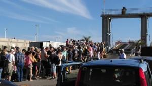 Pasajeros esperando al atraque del Benchijigua Express en el puerto de San Sebastián (Foto Gomeranoticias)