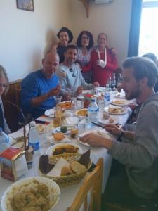 Compartiendo mesa en el restaurante