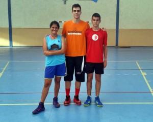 Javier Valeiras (centro), junto a Rebeca Chirino y Luis Miguel Herrera, jugadores del CB Isla de La Gomera.
