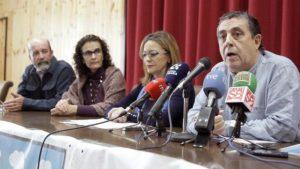Ramón Afonso, de la Plataforma Canarias por un Territorio Sostenible (d) junto a la eurodiputada Ángela Vallina (2d), del grupo Izquierda Unitaria Europea/Izquierda Verde Nórdica EFE/CRISTÓBAL GARCÍA