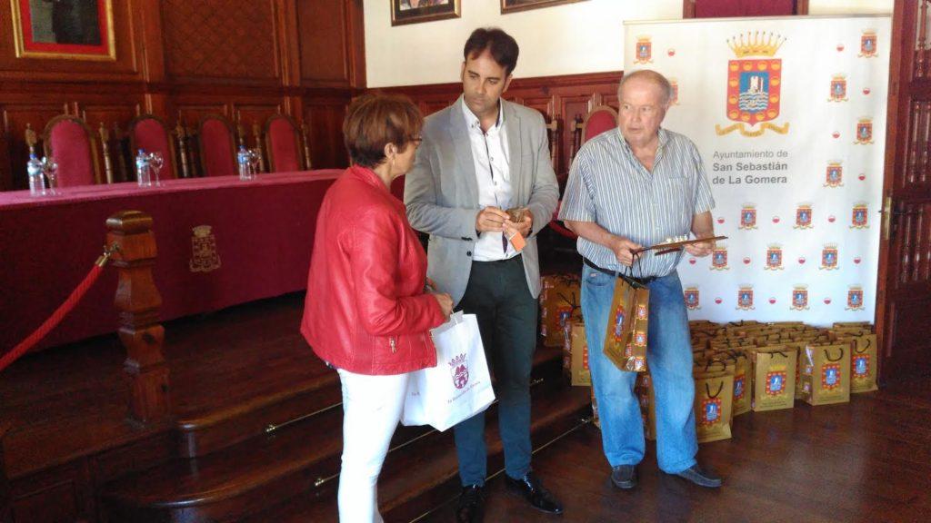 El alcalde de San Sebastián, Adasat Reyes con la concejal de Fasnia, Mari Carmen Marrero y Ricardo Díaz
