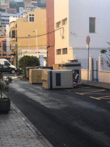 Dos contenedores volcados en una calle de San Sebastián