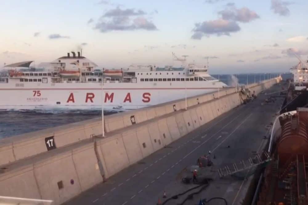 Un ferry de armas choca contra el muelle de las palmas por for Oficina de armas las palmas