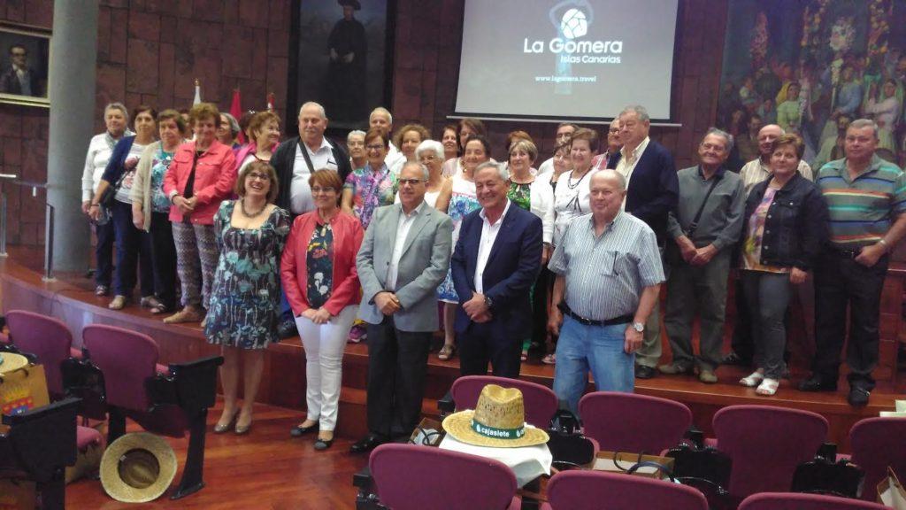La representación fasniera en el Cabildo Insular encabezados por el presidente, Casimiro Curbelo y Damián Pérez, alcalde del municipio sureño