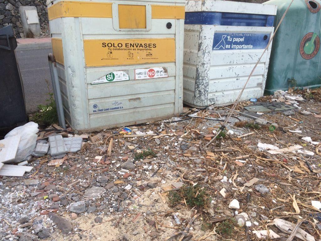Estado de unos contendores en San Sebasitán. Foto remitida por el PSOE