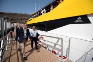 El alcalde de Alajeró, Manuel Ramón Plasencia y el presidente del Gobierno de Canarias, Fernando Clavijo al acceder en el puerto de Playa de Santiago