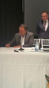 Manuel Ramón Plasencia firmando el Manifiesto de la Estrategia Canaria de Salud