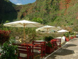 Mesas exteriores del restaurante en Agulo