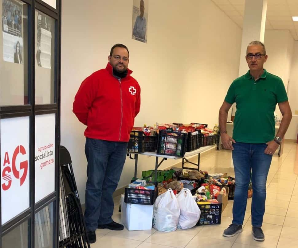 Anibal González con un representante de Cruz Roja