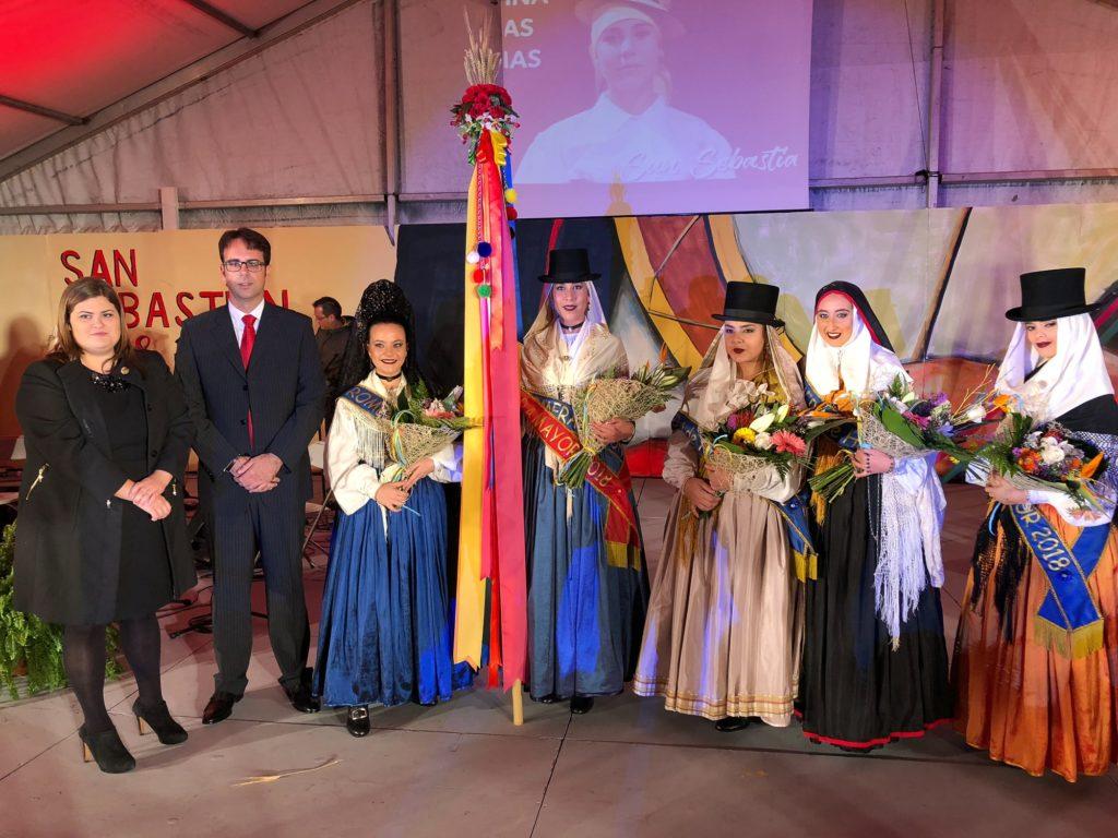 El alcalde y la concejal de Fiestas del Ayuntamiento de San Sebastián con la Romera Mayor y el resto de las candidatas