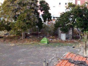 Caseta de campaña instalada en un solar centro de San Sebastián de La Gomera