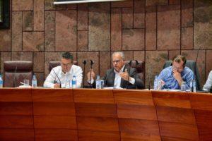 El presidente del Cabildo de La Gomera (c) en el pleno de la Institución Insular