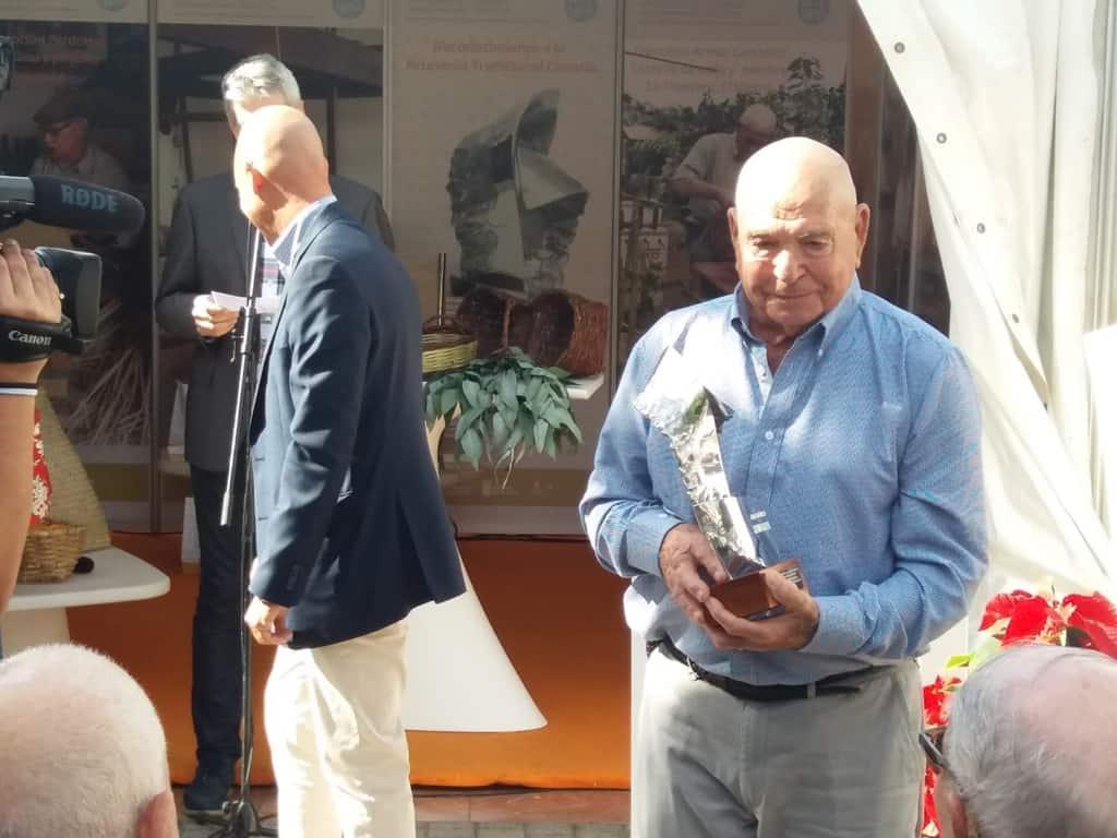 La artesanía canaria homenajea a Eliseo Barrera por su contribución a la conservación de este oficio en La Gomera
